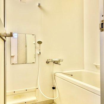 シンプルで清潔感のある浴室。