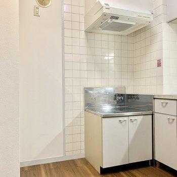 左を向くと、コンロと冷蔵庫のスペース。
