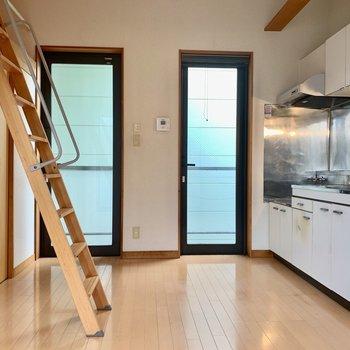 キッチン横の扉もバルコニーにつながっています
