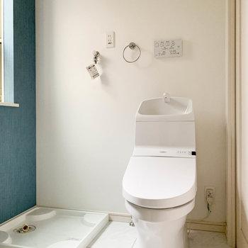 洗濯機置き場とトイレも同室です。※写真はクリーニング前のものです。
