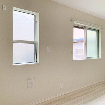 サイドには2つの窓。換気などはここで。
