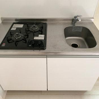 シンクは小さめなので、洗い物はマメにした方が良いかも。※写真はクリーニング前のものです。