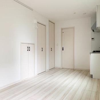 右の扉がサニタリーへ。左の扉3つは収納です。