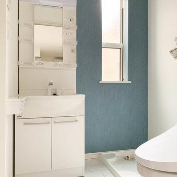 ブルーがアクセントの爽やかなサニタリー。小窓があるので換気もできます。※写真はクリーニング前のものです。