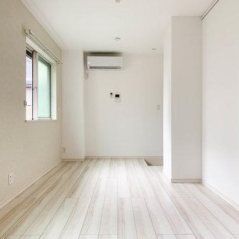 キッチン側から見ると。玄関は突き当たり奥にあります。