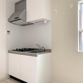 お部屋の角に、キュートなキッチンがいます。※写真はクリーニング前のものです。