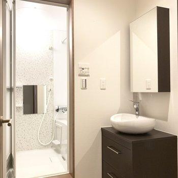 ゆったりな脱衣所にはシンプルタイプの洗面台(※写真のお部屋は2階同間取り別部屋のものです)
