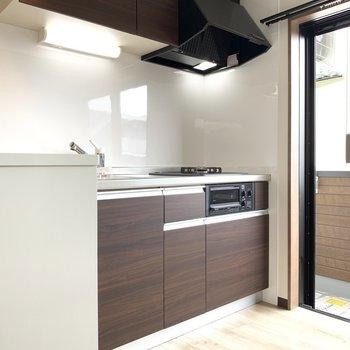 こっちはキッチンだ!大きめ窓がgood(※写真のお部屋は2階同間取り別部屋のものです)