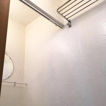 上にカーテンレールがついてるので、水はね防止に設置しよう。※写真は前回募集時のものです
