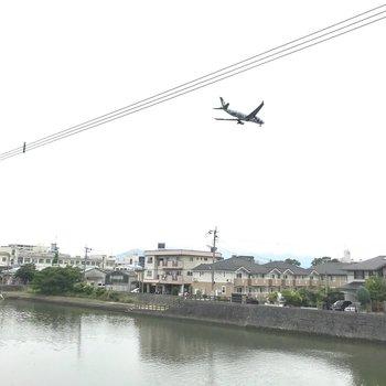 福岡空港が近いので、飛行機もよく通過します。