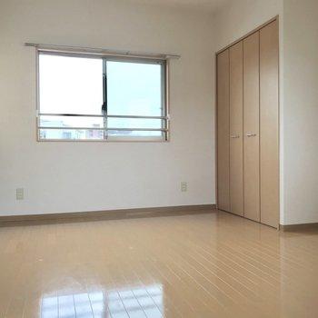こちら側にベッドを置けば、お部屋の完成◎