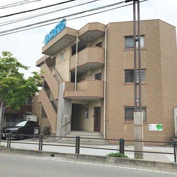 宇美川沿いにある3階建てのマンションです。