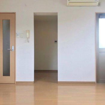 左から玄関、キッチン、ベランダにつながっています。
