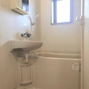 お風呂に窓があるので、明るいし換気も楽!