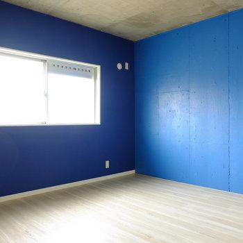 青い!とにかく青い!※こちらの2面の壁のみ青いです。反対側は白です。