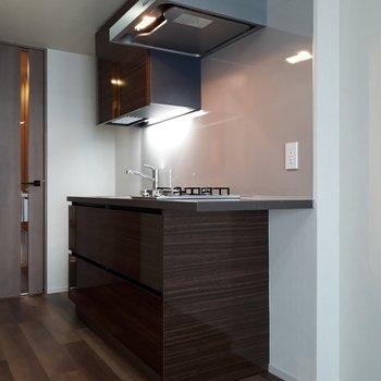 キッチンもシックな重厚感のデザイン。
