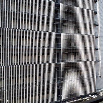 バルコニーからの眺望はこんな感じ。大きめの建物がお隣にあるようです。