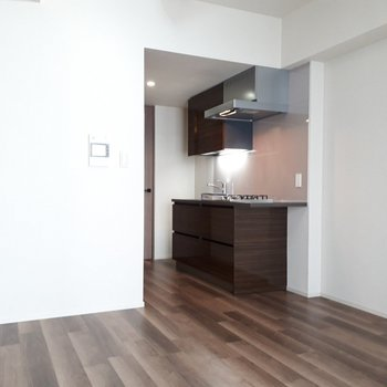 写真では見えていませんがキッチンの向かい側にウォークインクローゼットがあるんです。
