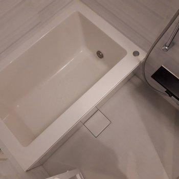 浴槽標準的なサイズ感。デザインが直線的で面白いですね。