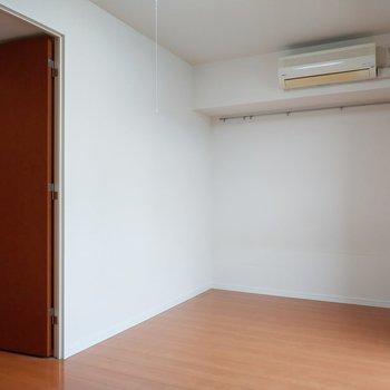 廊下へ行くドアも可愛い。※写真は11階の反転間取り別部屋のものです