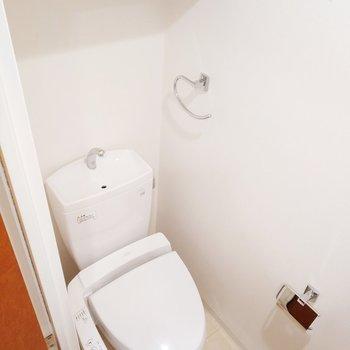 収納付き、ウォシュレット付きで嬉しいなぁ。※写真は11階の反転間取り別部屋のものです
