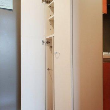 シュークローゼットは縦長で長靴やブーツもOK!!※写真は11階の反転間取り別部屋のものです