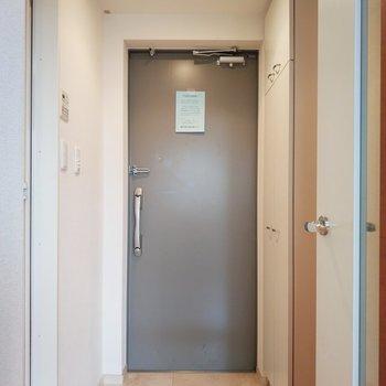 玄関は淡いグレーで優し可愛く。※写真は11階の反転間取り別部屋のものです