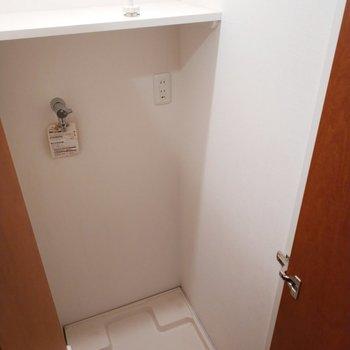 キッチンの後ろには洗濯パンもあります。収納付きで嬉しい。※クリーニング前の写真※写真は11階の反転間取り別部屋のものです