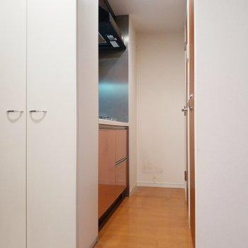 キッチンの方もみてみましょう!※クリーニング前の写真※写真は11階の反転間取り別部屋のものです