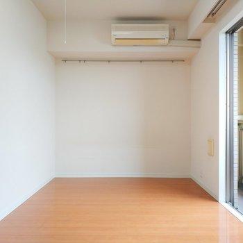 ベットもテレビも難なく置けます。※写真は11階の反転間取り別部屋のものです