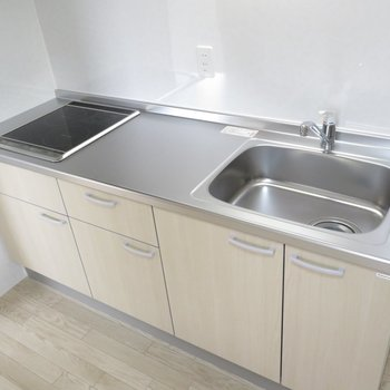 キッチンは2口コンロのシステムキッチンです。広々使えそう(※写真は2階の同間取り別部屋のものです)