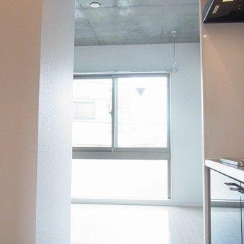 開口部が大きく開けているので開放感があります※写真は1階の同間取り別部屋のものです