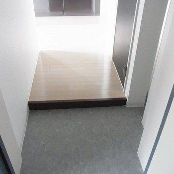 玄関です。※写真は1階の同間取り別部屋のものです