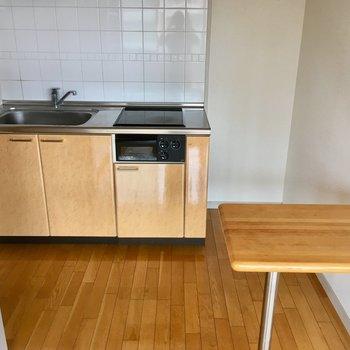 キッチン横が冷蔵庫置き場かな。