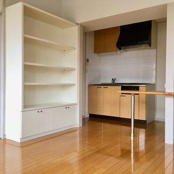 キッチン側には大きな棚が!食器を入れたり、電化製品をいれたりできますね。