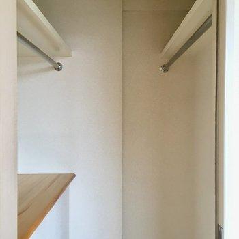 奥のドアからは、小さめなWICに。