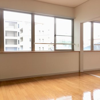 窓がこんなーに並んでます。パノラマみたい〜!