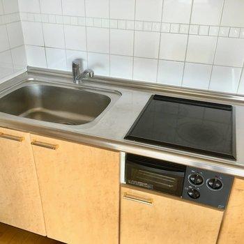 キッチンはIH2口。お掃除も楽ちんですね。