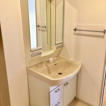 洗面台はシングルレバー!収納場所もあるのが嬉しい。