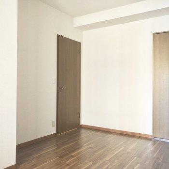 床、扉、クローゼットは大人っぽいブラウンで統一されています。