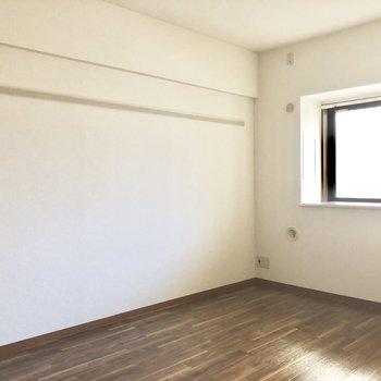 洋室。小窓が可愛い。お気に入りのカーテンを引きましょう。