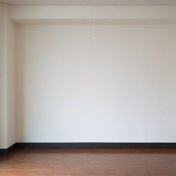 白い壁は工夫次第でいろいろな顔に