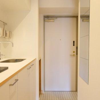 鏡と白いタイルが玄関はポイント!!