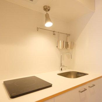 キッチンはスタイリッシュなIH1口。作業台が大きいので、料理も出来ますよ!