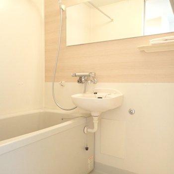 ゆったりバスルーム!2点ユニットですが、洗面ボウルがあるとやっぱり便利。