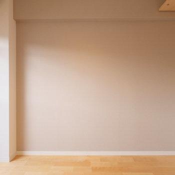 アクセントクロスは落ち着いたベージュ色。どんな家具とも馴染む色。