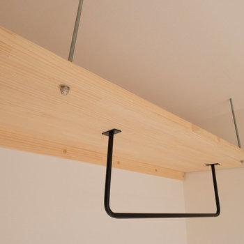 小さめのオープン収納。吊り棚の下に引出しを置けば、以外に収納力もまかなえます。