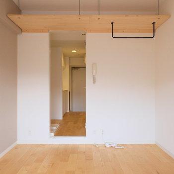 アイアンのハンガー掛けと吊り棚がこのお部屋のポイント!収納はこの吊り戸を使いこなしていきましょう!!