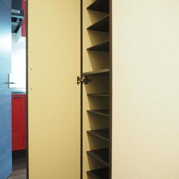 靴箱は廊下にあります。※写真は3階の同間取り別部屋のものです
