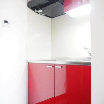 キッチンは真っ赤!!※写真は3階の同間取り別部屋のものです